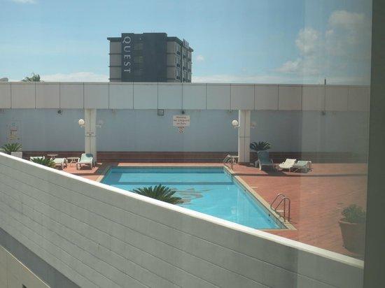 Stamford Plaza Sydney Airport: kliener Pool auf dem Vordach