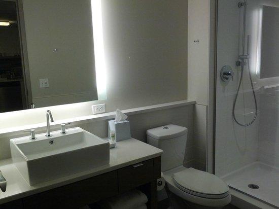 Element Omaha Midtown Crossing: Room 711 (One Bedroom) - bathroom