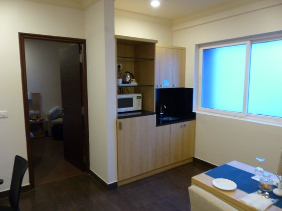 Royal Orchid Suites: Small kitche in a room