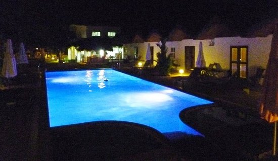 Sunz En Coron Resort: The pool at night. Great for chilling.