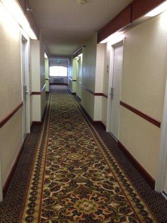 Quality Inn Montgomery: second floor hallway