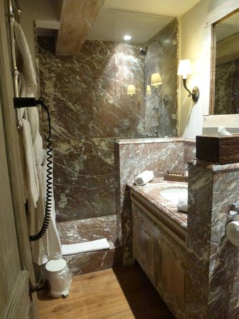 Relais Bourgondisch Cruyce - Luxe Worldwide Hotel: Marbled bathroom, Room 21