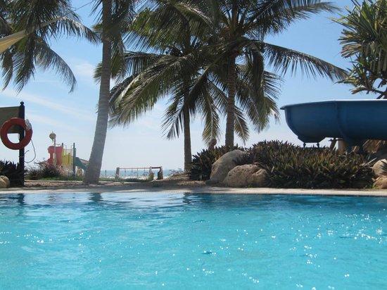 Hilton Salalah: Underbar utsikt mot havet från poolen.