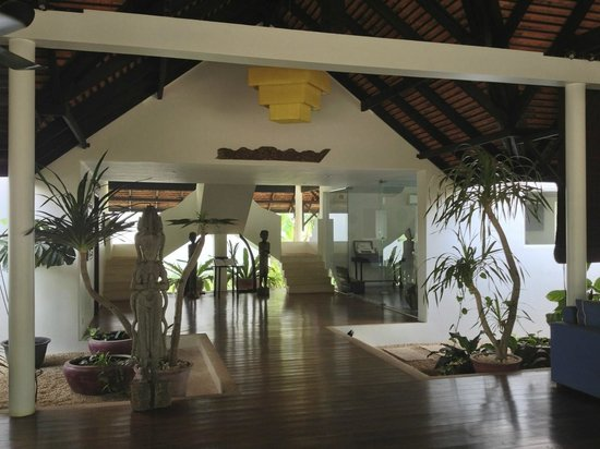 Navutu Dreams Resort & Wellness Retreat: Airy reception area