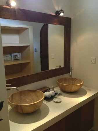 Navutu Dreams Resort & Spa: Twin sinks in the bathroom area