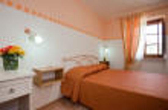 Bed and Breakfast Monticelli: camera arancio con bagno
