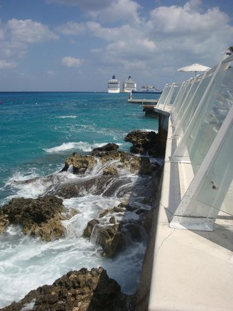 Cozumel Palace: Wall around pool area, looking down into ocean