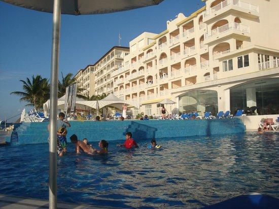 Cozumel Palace: Edge of infinity pool - looking up toward hotel