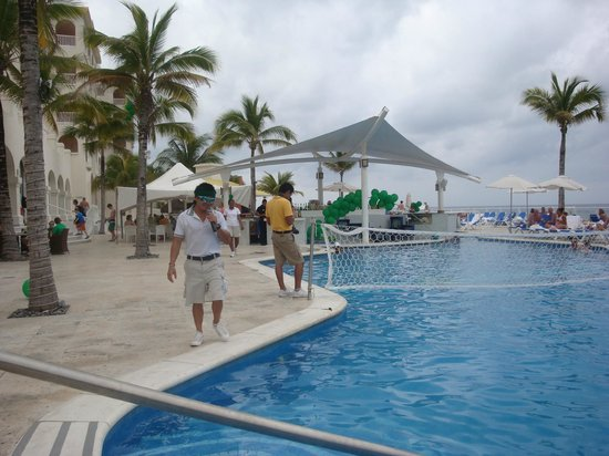 Cozumel Palace: Poolside afternoon activities