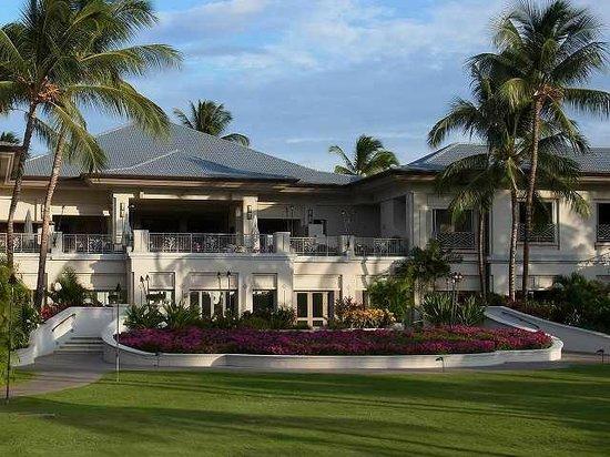 Fairmont Orchid, Hawaii: プールエリアからホテルのロビーを見たもの