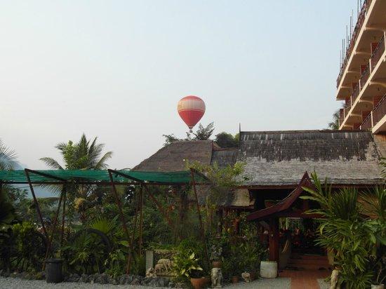 The Elephant Crossing Hotel : l'entrée de l'hôtel