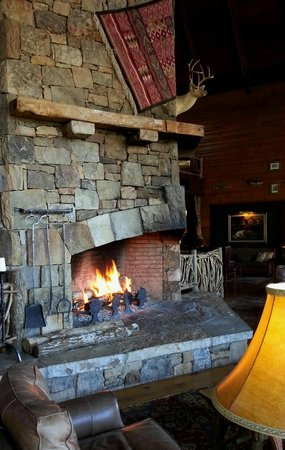 Brasstown Valley Resort & Spa: fireplace off lobby