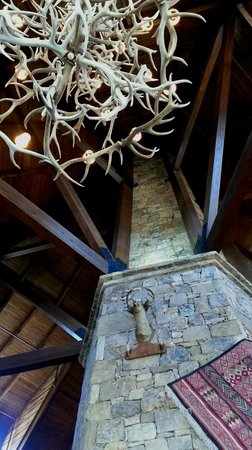 Brasstown Valley Resort & Spa: looking up in front of the fireplace