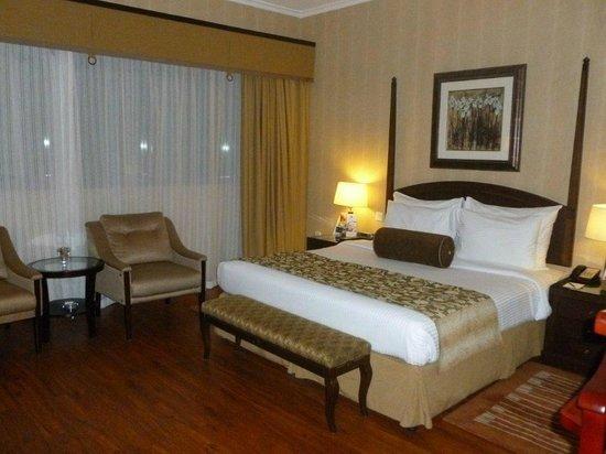 โรงแรมฟลอร่าแกรนด์: Huge room !