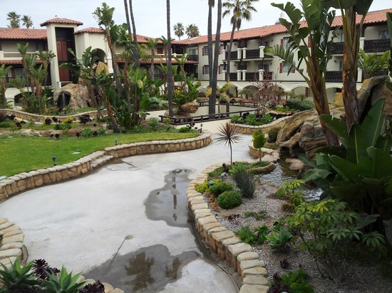 Embassy Suites by Hilton Mandalay Beach Resort: Hotel grounds