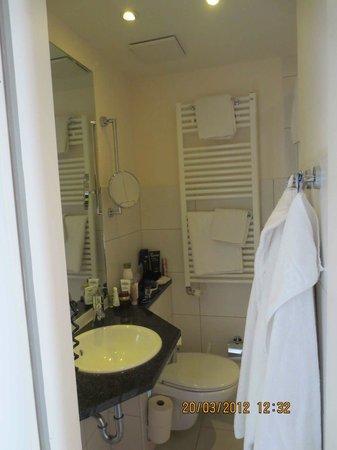 Atlantis Hotel am Meer: sehr kleines Bad
