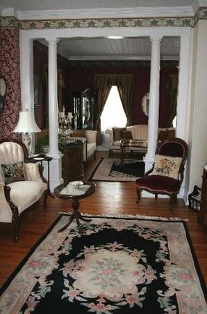 1862 Seasons On Main B&B: Parlor
