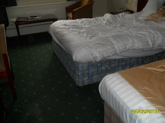 Best Western Heronston Hotel & Spa: Extremely tatty bed's, no attempt to cover the old fashioned base