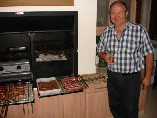 Blaauwheim Guest House: Johann beim Grillen