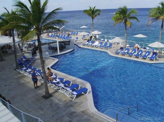 Cozumel Palace: Infinity pool/bar area