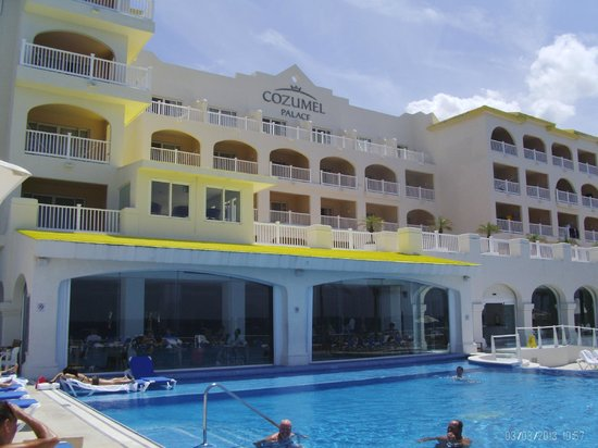 Cozumel Palace: Front of hotel facing ocean
