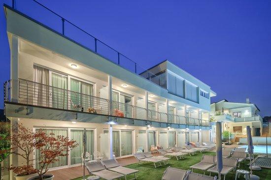 Hotel Villa Katy: Vista esterna notturna