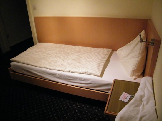 Leoneck Swiss Hotel: Small but comfortable bed