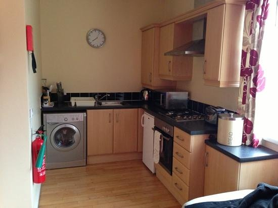 Malone Lodge Hotel & Apartments: well furnished kitchen