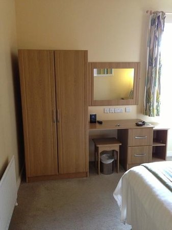 Malone Lodge Hotel & Apartments: wardrobe & vanity table