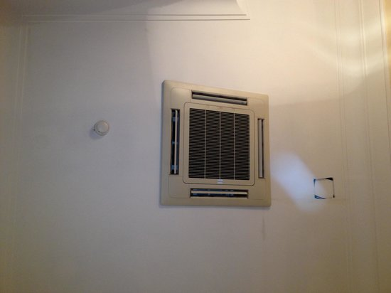 Hotel Sonya: Room a/c on theroom ceilling