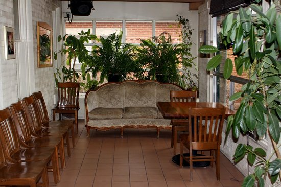 Canino's Italian Restaurant: Bar and this waiting area are in enclosed front porch