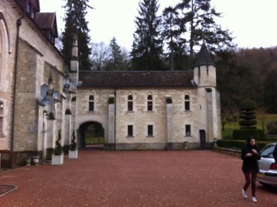 Abbaye de la Bussiere : entrée du restaurant