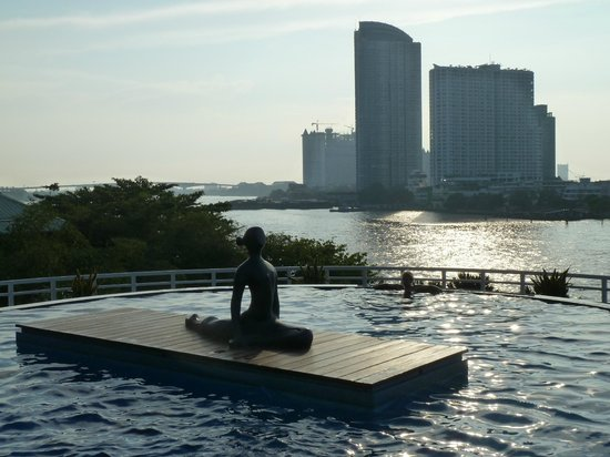 Chatrium Hotel Riverside Bangkok: Pool overlooking the river