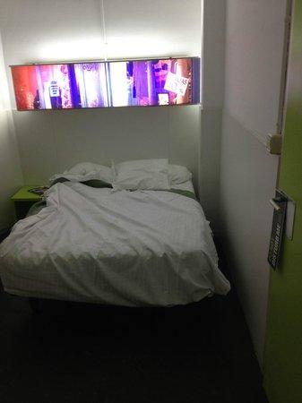 Hostal Gat Raval: Bed and room decoration