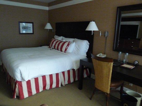 Portola Hotel & Spa at Monterey Bay: Un des lits de la chambre