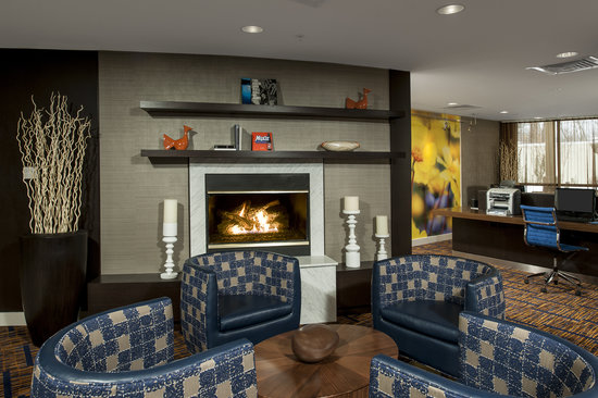 Courtyard Portland Airport: Relax by the fireplace