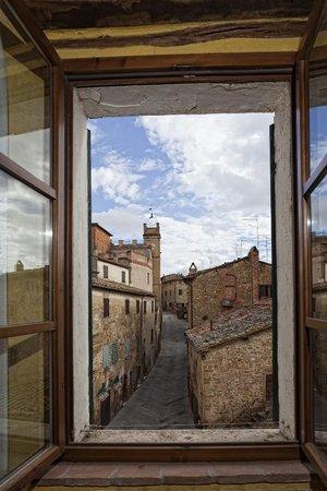 La Locanda di Montisi: vista da camera contrada e piazza