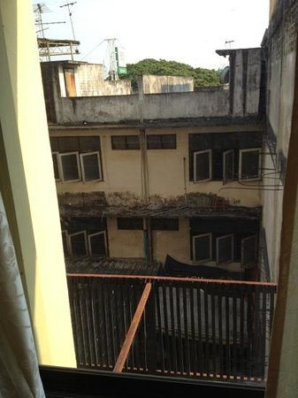 Buaraya Hotel Chingmai: window view :)))