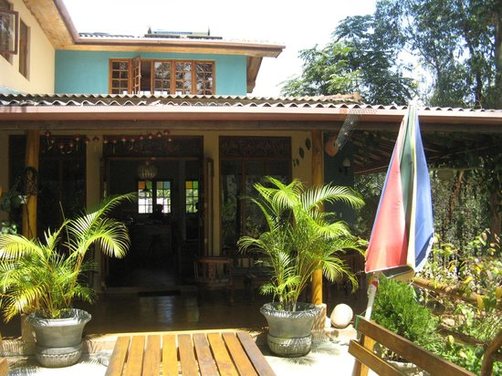 Waterfalls Homestay: View of the guest house from the breakfast area