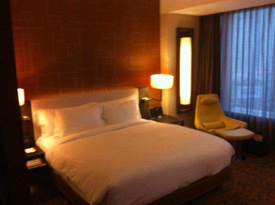 The Langham Shanghai Xintiandi: bed