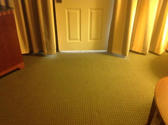 Embassy Suites by Hilton Richmond : Under the door - so much better for the noise and light to stroll in