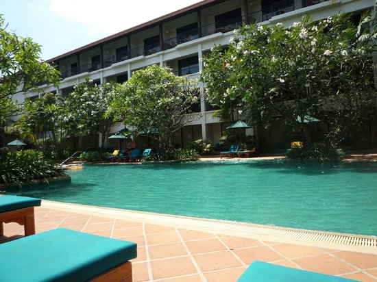Banthai Beach Resort & Spa : vue de mon batiment ; piscine , verdure ...