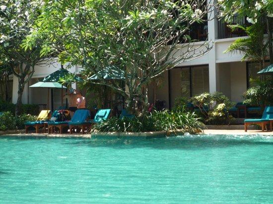 บ้านไทย บีช รีสอร์ท แอนด์ สปา: piscine ombragée