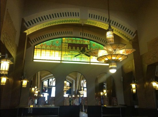A towering ceiling and art deco interior picture of for Deco restaurant americain