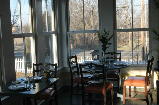 The Prairie Guest House: Beautiful dining area in cottage.