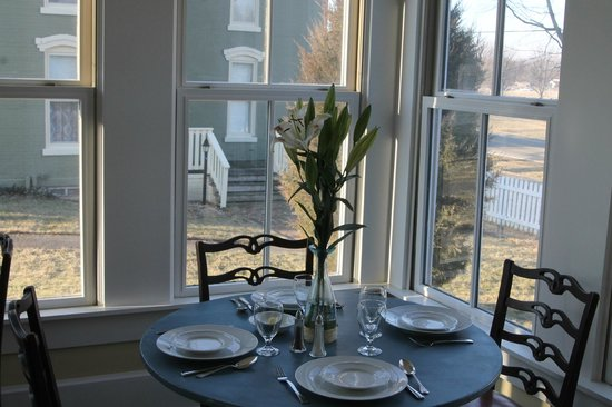 The Prairie Guest House: Sun-soaked dining area in the cottage.