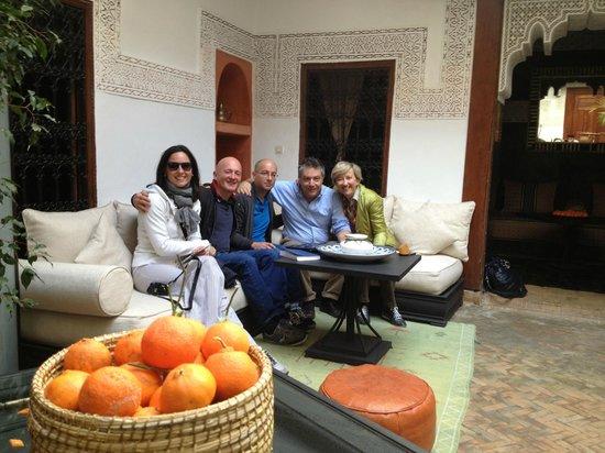 Riad Les Nuits de Marrakech: Noi con i simpatici Guido e Mikael, perfetti padroni di casa!