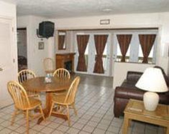 Lakeview Resort : Lakeside cottage 22. Two bedroom one bath with Jacuzzi and fireplace.