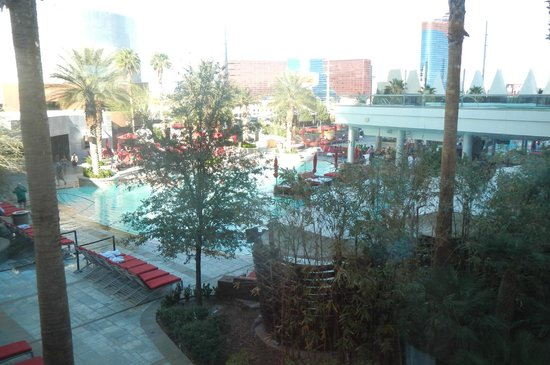 Palms Place Hotel and Spa: Palms pool from the Cardio Center
