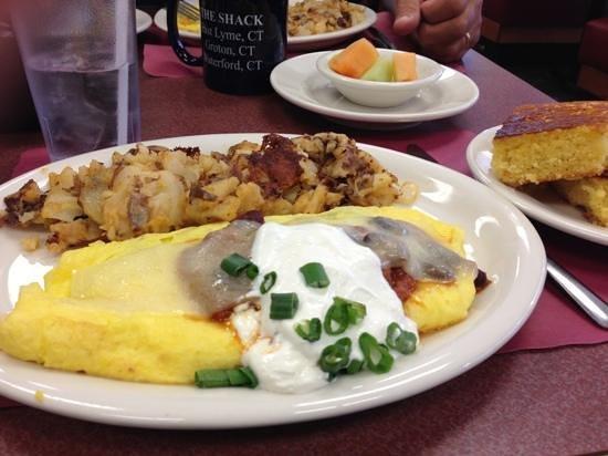 The Shack Restaurant : chili & cheddar omelette w/ cornbread